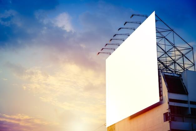 Panneau d'affichage publicitaire vierge contre le ciel coucher de soleil.