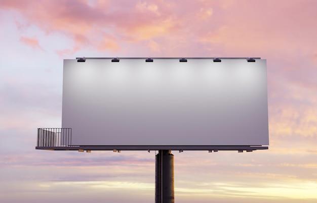 Panneau d'affichage de rue éclairé par des projecteurs et coucher de soleil