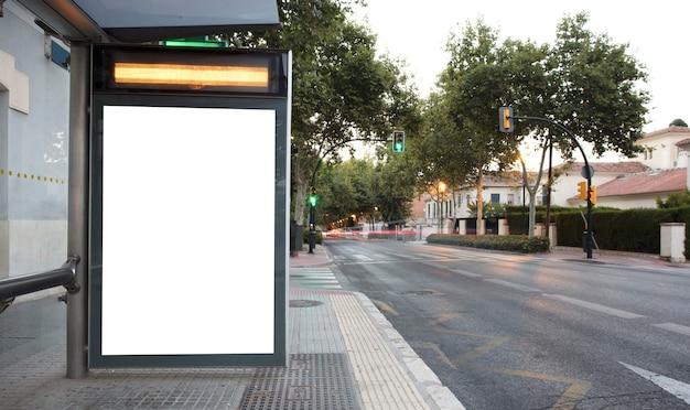 Panneau d'affichage à la station de taxis au coucher du soleil dans la ville