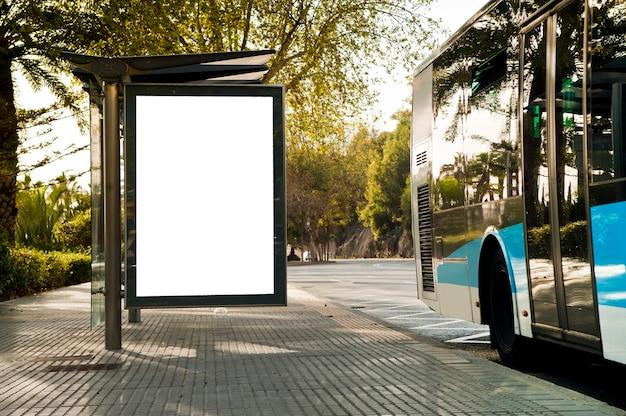 Panneau d'affichage vertical blanc, avec bus dans la rue de la ville