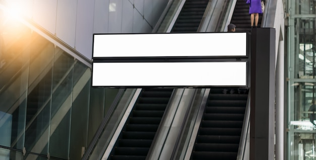 Panneau d'affichage vide à l'aéroport, panneau publicitaire vide à l'aérodrome.