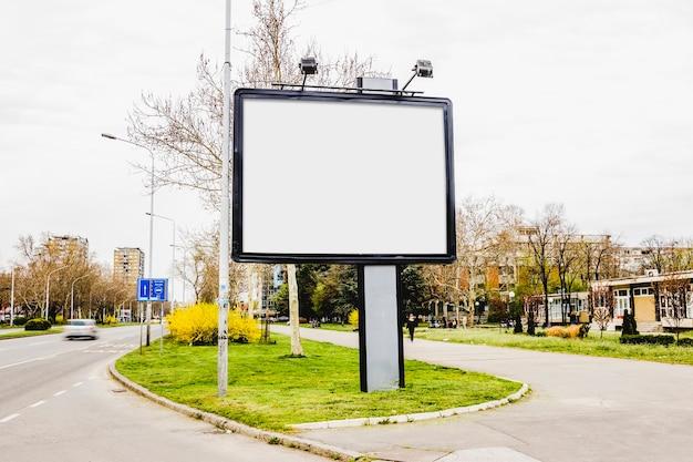 Panneau d'affichage vide au centre de la route