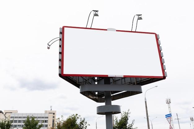 Panneau d'affichage vide avec cadre rouge