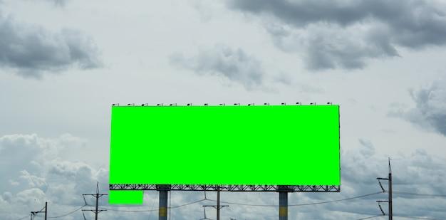 Panneau d'affichage vide et ciel bleu, espace copie sur écran vert