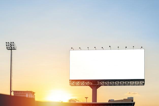 Panneau d'affichage vide avec ciel bleu pour l'affiche publicitaire extérieure