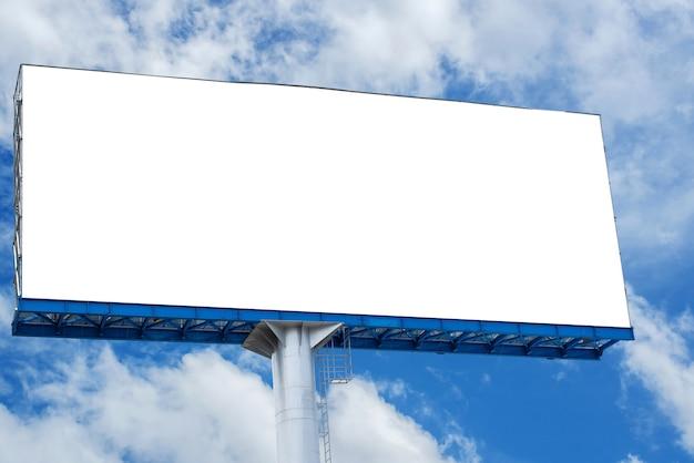 Panneau d'affichage vide avec un ciel bleu pour une affiche de publicité extérieure