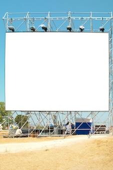 Panneau d'affichage vide avec le ciel bleu