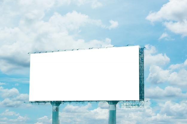 Panneau d'affichage vide et ciel bleu