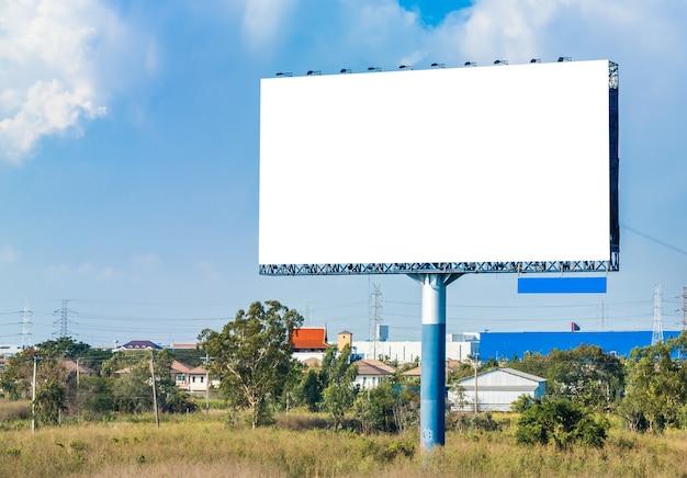 Panneau d'affichage vide sur ciel bleu