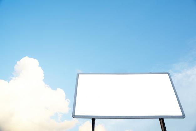 Panneau d'affichage vide sur le ciel