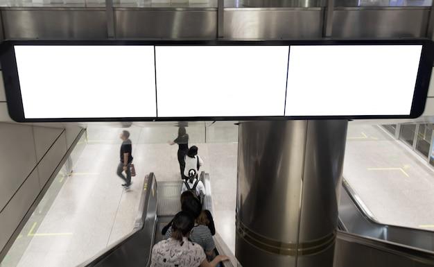 Panneau d'affichage vide conduit dans la station de métro pour la publicité.
