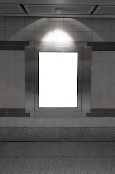 Panneau d'affichage vide dans le métro ou la station de métro, utile pour la publicité.
