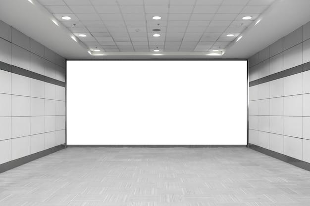 Panneau d'affichage vide dans le métro. utile pour votre publicité.