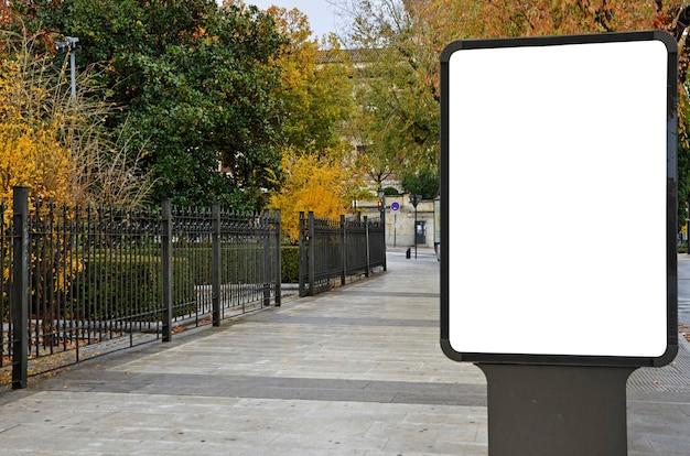 Panneau d'affichage vide dans la rue