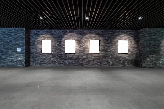 Le panneau d'affichage vide est dans le passage souterrain