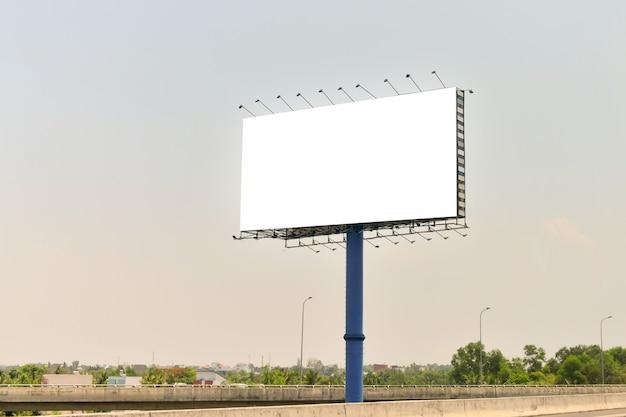 Panneau d'affichage vide sur fond de ciel bleu pour la nouvelle publicité