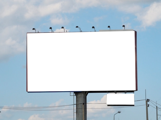 Panneau d'affichage vide sur fond de ciel bleu pour nouvelle publicité