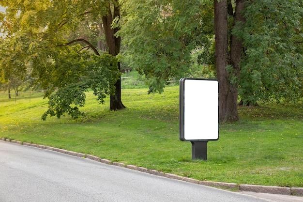 Panneau d'affichage vide maquette sur la ville pour le message texte ou le contenu.