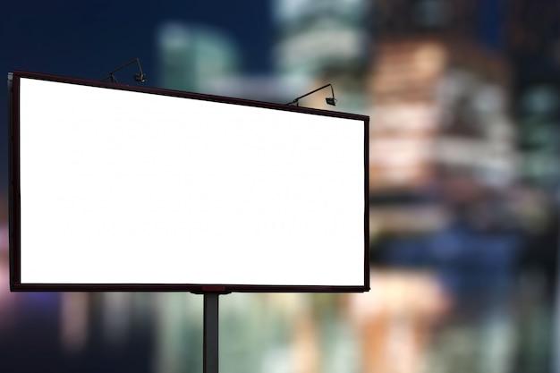 Panneau d'affichage vide mock up sur fond de centre ville nuit affaires