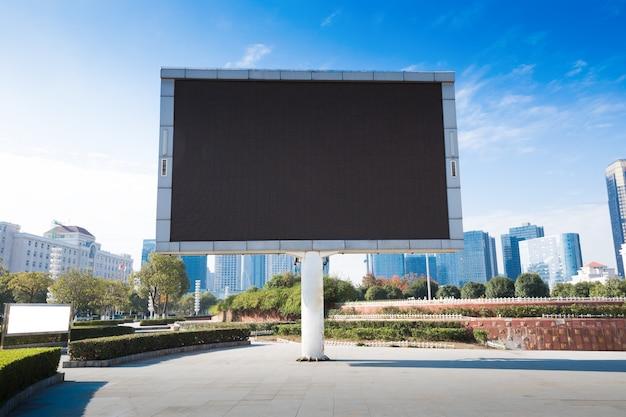 Panneau d'affichage vide ou panneau de signalisation sur l'autoroute