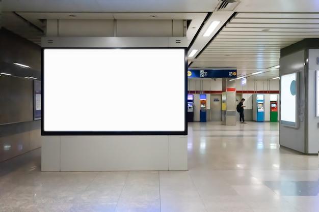 Panneau d'affichage vide pour la publicité ou une carte dans le métro