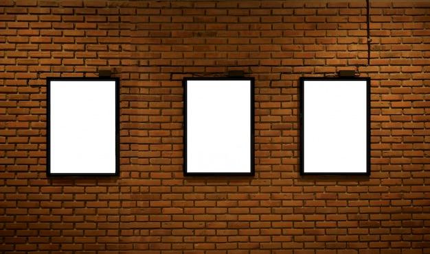Panneau d'affichage vide pour la publicité sur le mur de briques