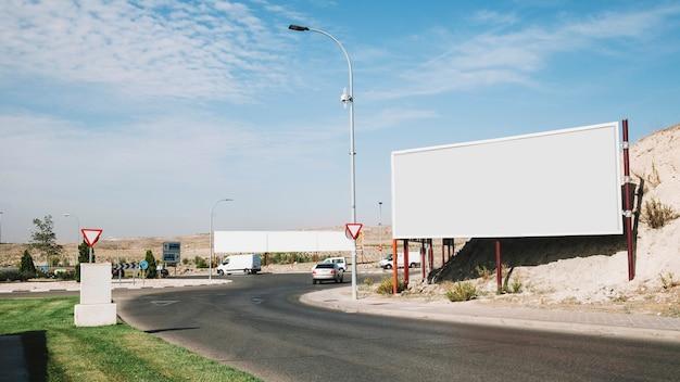 Panneau d'affichage vide près de la route courbe