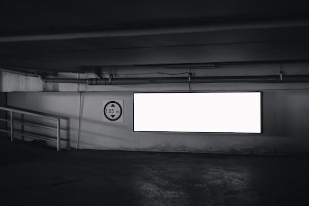 Panneau d'affichage vide publicité maquette blanche rectangulaire sur le parking