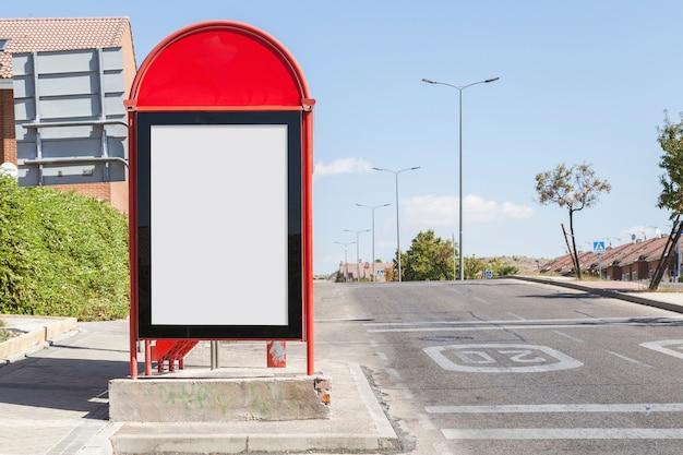 Panneau d'affichage vide sur la station de bus de la ville au bord de la route
