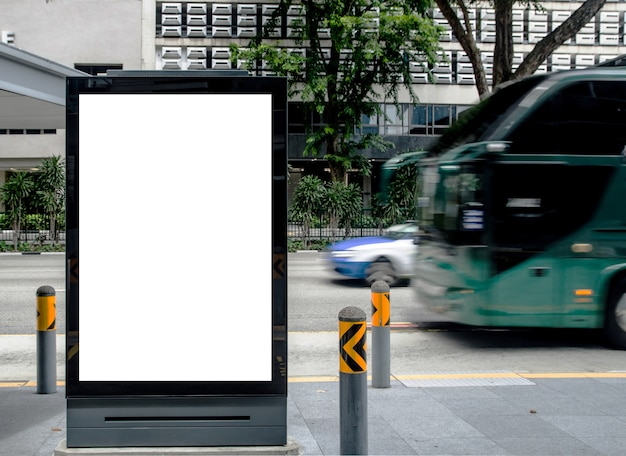 Panneau d'affichage vide vertical à l'arrêt de bus extérieur annoncent sur la rue maquette.