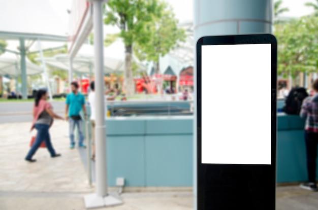 Panneau d'affichage vide vertical à sur la rue maquette.