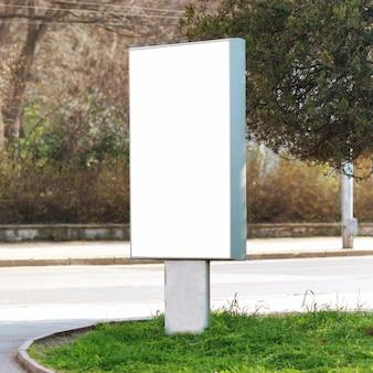 Panneau d'affichage vide vertical sur la rue de la ville