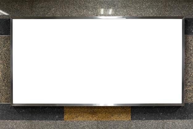 Panneau d'affichage vierge dans le métro souterrain ou dans un bâtiment public avec un tracé de détourage dans le cadre