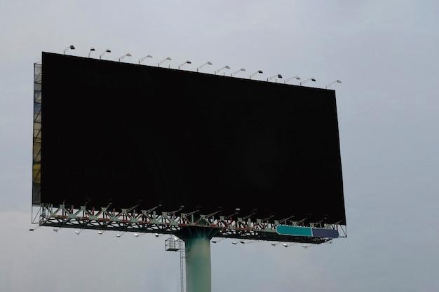 Panneau d'affichage vierge dans la rue pour afficher vos produits ou votre publicité promotionnelle.