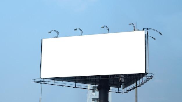 Panneau d'affichage vierge de grande taille pour la publicité extérieure ou extérieure avec ciel bleu