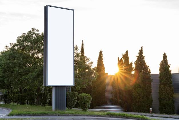 Panneau d'affichage vierge vertical dans la ville - maquette pour la publicité - ressources graphiques