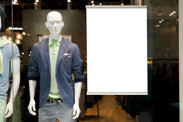 Panneau d'affichage sur la vitrine à côté du mannequin