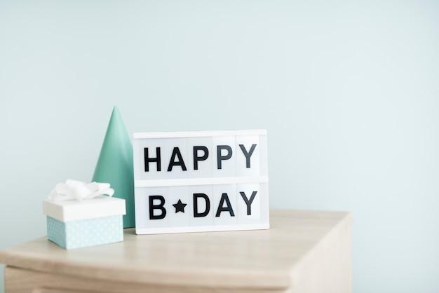 Panneau d'anniversaire de fête sur la table