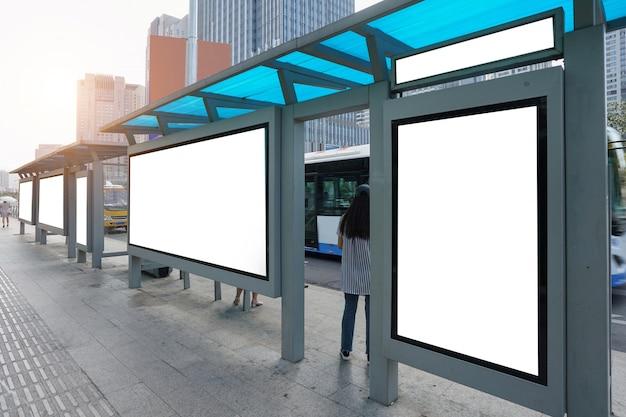 Panneau d'arrêt de bus sur scène, qingdao, chine