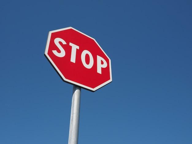 Panneau d'arrêt sur ciel bleu