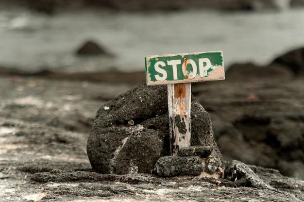 Le panneau d'arrêt marque la fin de la ligne pour les touristes, punta espinoza, île fernandina, îles galapagos, équateur