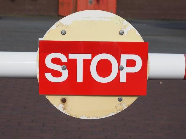 Panneau d'arrêt rouge