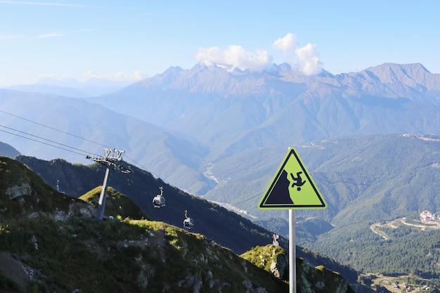 Panneau d'avertissement d'automne sur le fond des montagnes avec téléphérique