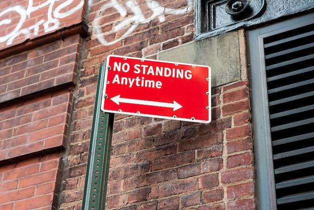 Panneau d'avertissement sur le bâtiment