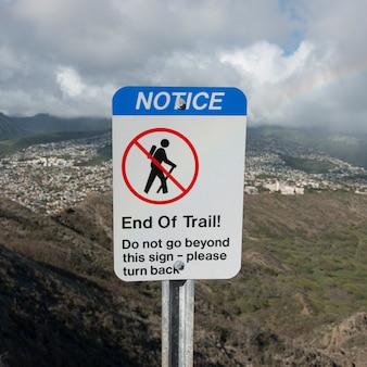 Panneau d'avertissement pour les randonneurs avec une ville en arrière-plan vu de diamond head, kapahulu, honolulu, oahu