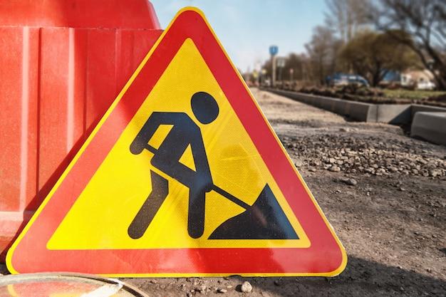 Le panneau d'avertissement pour les travaux de réfection des routes se trouve sur la chaussée