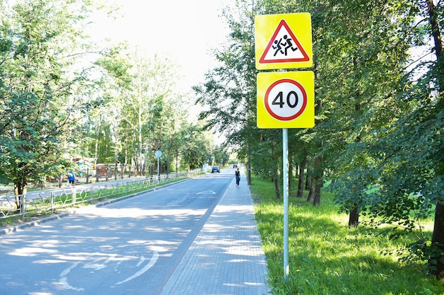 Panneau d'avertissement de la zone scolaire sur fond blanc. un panneau avec un avertissement pour les conducteurs. un panneau routier.
