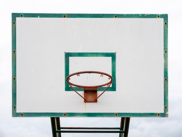 Panneau de basket en bois avec cadre vert cerceau