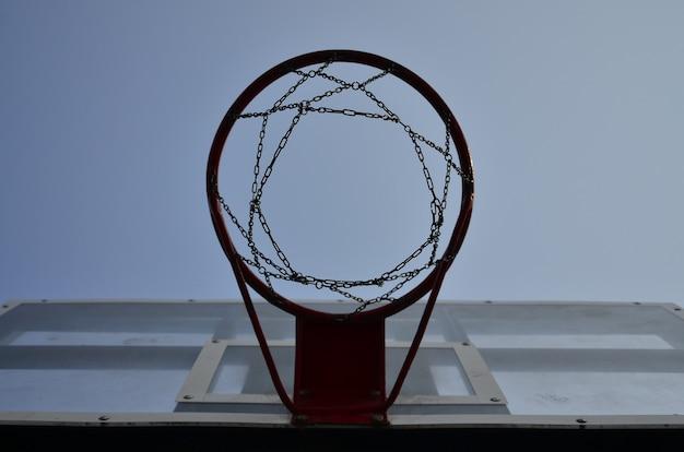 Panneau de basketball extérieur avec ciel bleu clair