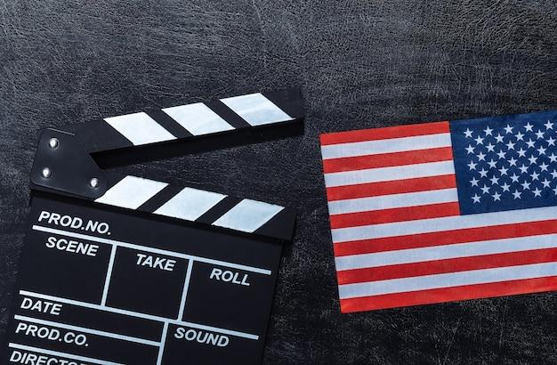 Panneau de battant de film et drapeau des etats-unis sur le tableau noir de craie. industrie du cinéma, divertissement